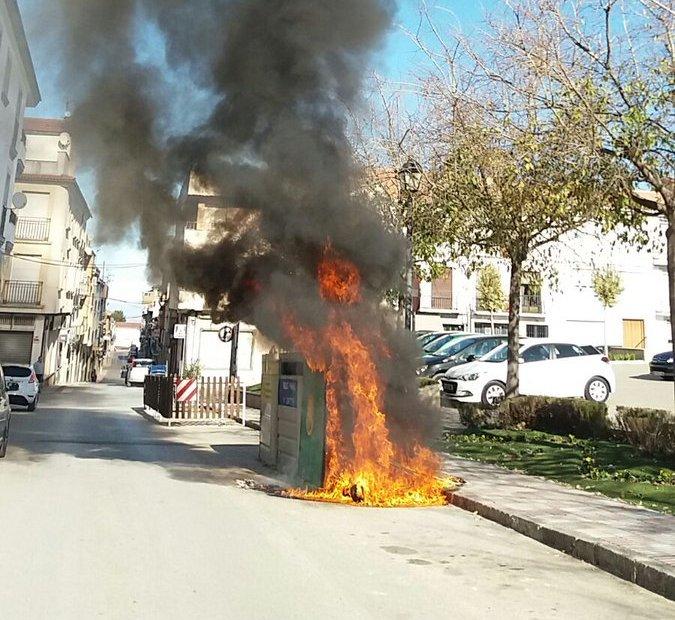 Photo of La Policía Local sofoca un incendio en contenedores en la calle Virgen del Rosario de Mancha Real