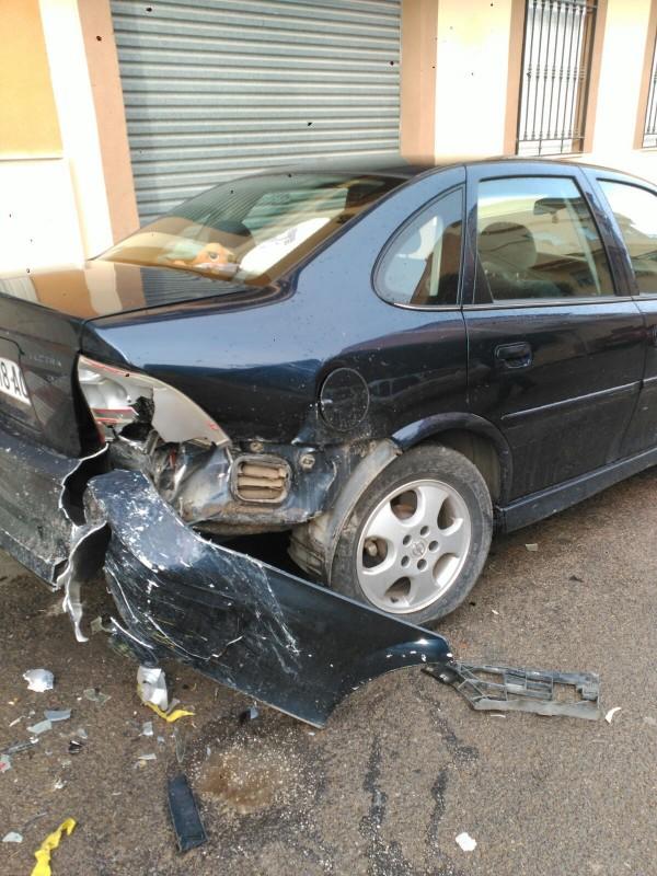 Photo of Intentan localizar al conductor que chocó esta madrugada con un coche aparcado