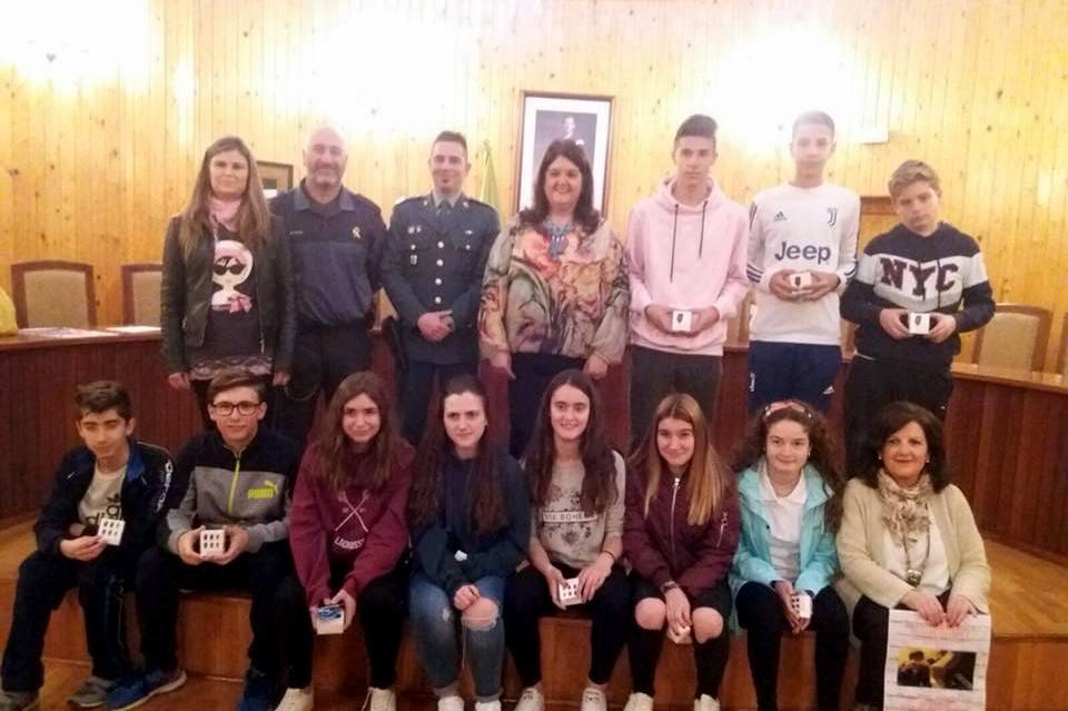 Photo of Entrega de premios a los alumnos del IES Peña del Águila por su trabajo «ciudad ante las drogas»