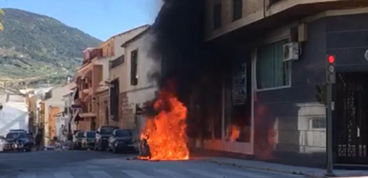Photo of Arde un vehículo junto a un edificio de viviendas