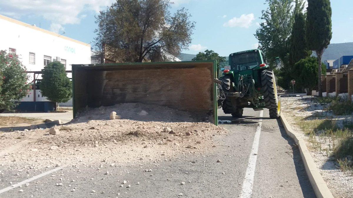 Photo of El vuelco de un remolque origina el corte de la carretera del polígono