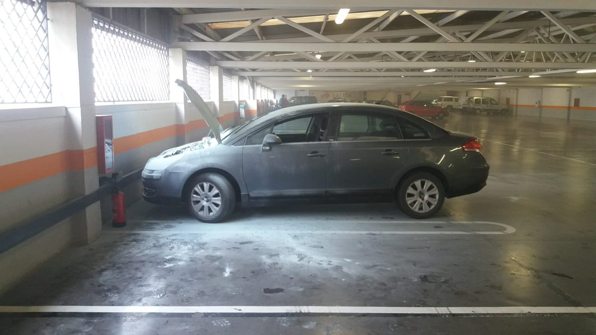 Photo of Desalojado el parking de una gran superficie al arder un vehículo en su interior