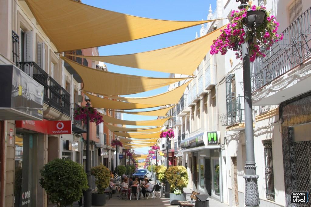 Photo of La instalación de toldos en la calle Maestra hará mas agradable pasear por el centro