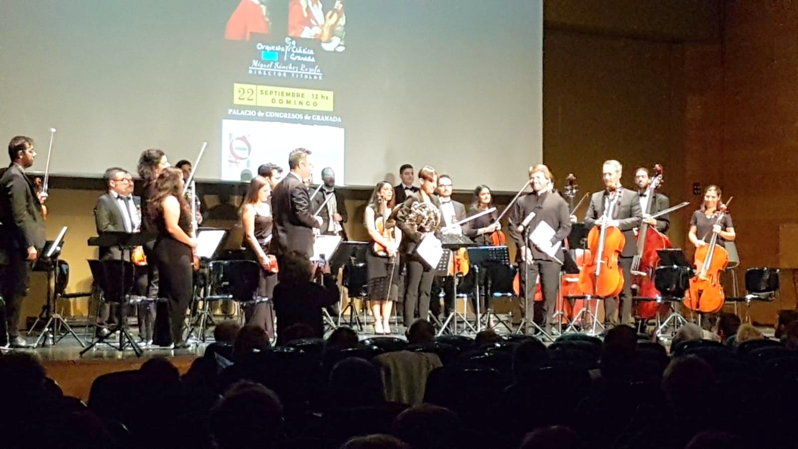 Photo of B. Daniel Martínez dirige a la Orquesta Clásica de Granada en el concierto de Mozart